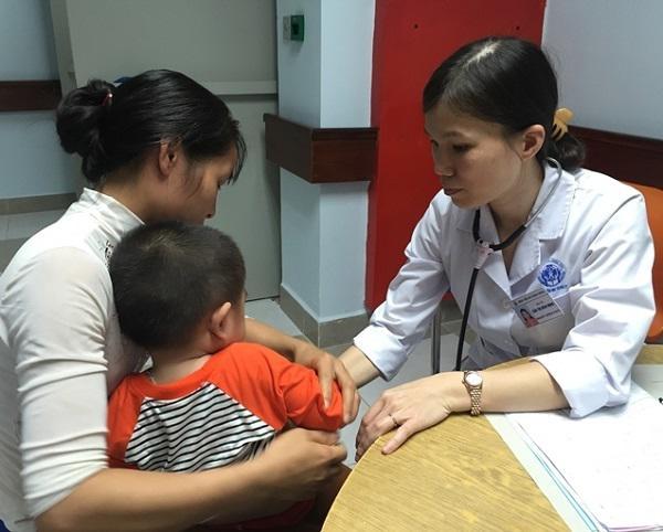 Bé gái 17 tháng mắc bệnh hiếm, tổn thương não vì mẹ chủ quan với việc nôn trớ khi ăn