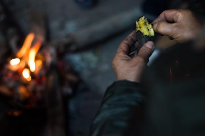 Người Hà Nội đốt lửa sưởi ấm trong đêm đông giá lạnh