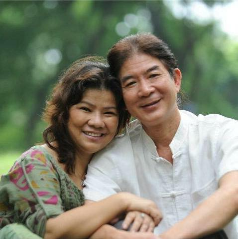 Tuổi U70, NSND Thanh Hoa vẫn trẻ trung mặc váy cưới bên chồng trẻ