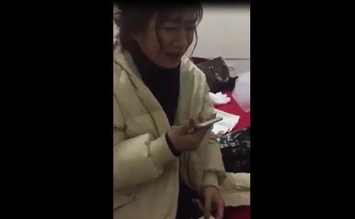 Clip cô dâu khóc nức nở tìm mẹ sau đám cưới khiến chị em rớt nước mắt
