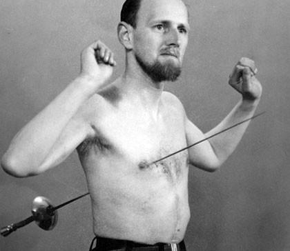 Đâm kiếm xuyên qua lồng ngực tới 500 lần, người đàn ông vẫn bình an vô sự một cách bí ẩn