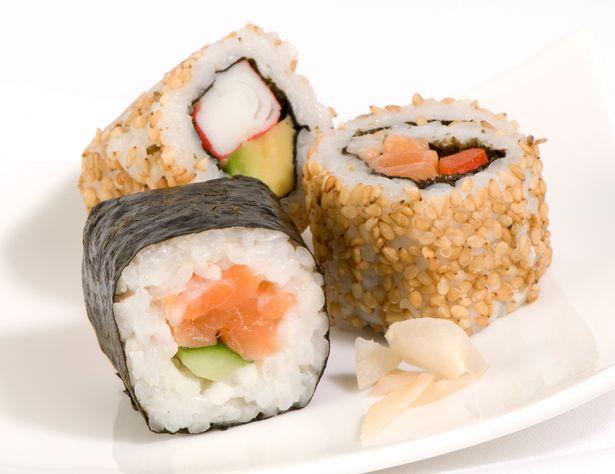 Sán dây dài như rắn làm tổ trong bụng người thích ăn sushi