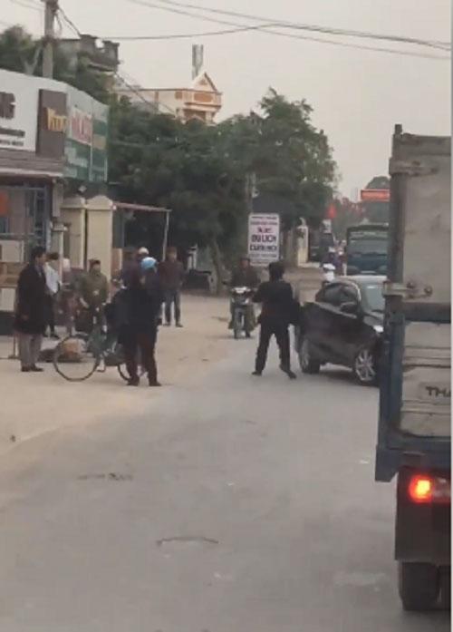 Va chạm giao thông, 2 tài xế rút dao đuổi chém nhau xối xả giữa đường