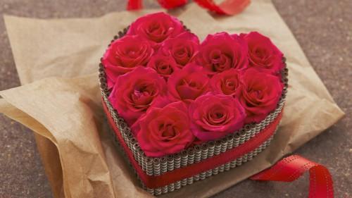 Vì sao hoa hồng và socola là hai món quà thường tặng trong ngày Valentine?