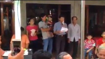 Clip lễ cai sữa cho con để trả mẹ lại cho bố ở Nghệ An khiến cư dân mạng cười điên đảo