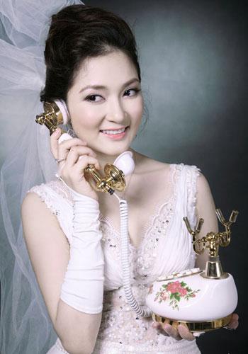 Cận gương mặt bị chê nhọn xuyên thủng giấy HH Nguyễn Thị Huyền
