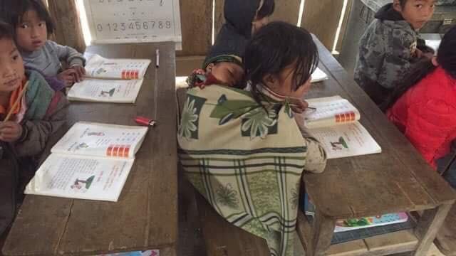Clip: Nhói lòng bữa trưa chỉ có cơm trắng đựng trong túi bóng giữa ngày lạnh giá của các em học sinh Điện Biên