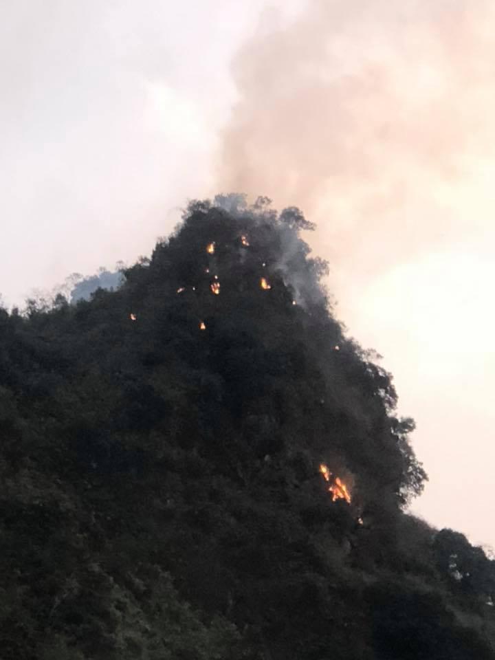 Hai cánh rừng ở TP.Hạ Long đang bốc cháy dữ dội