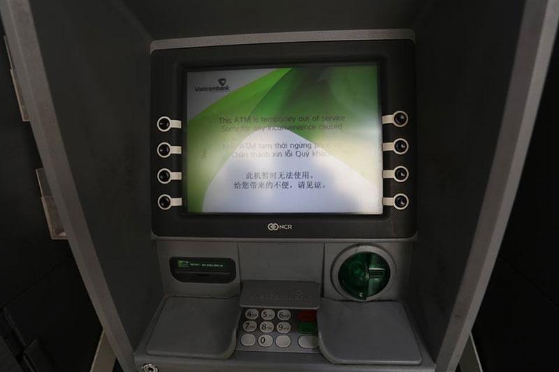 Không gì khổ hơn rút tiền cận Tết: Rồng rắn hàng giờ ở cây ATM, đến lượt thì máy hết tiền!