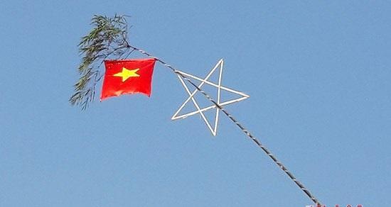 Treo cờ đón Tết, hai vợ chồng bị điện giật bỏng nặng