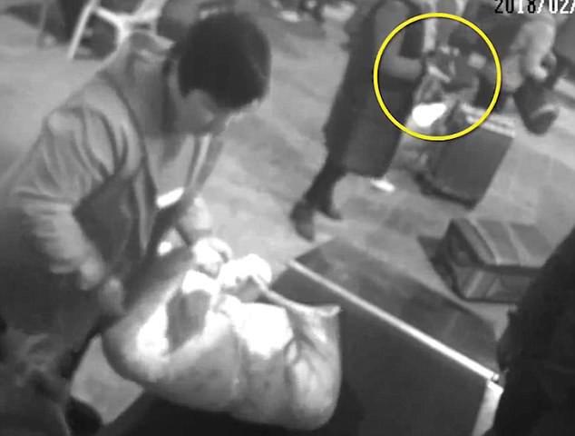 Dở khóc dở cười với người phụ nữ bất chấp trèo vào máy kiểm tra an ninh ở một nhà ga vì lý do không ai ngờ