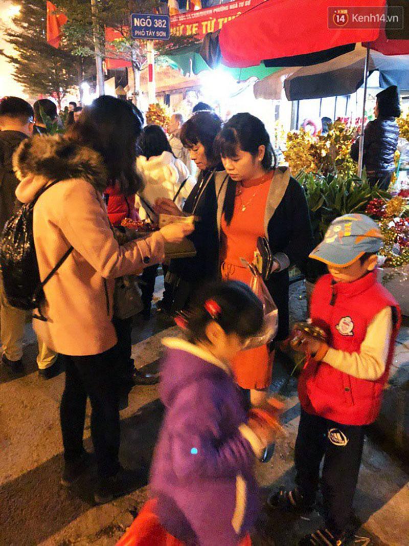 Sau thời khắc giao thừa Tết Mậu Tuất, người dân Thủ đô đi chùa, mua muối đầu năm lấy may mắn