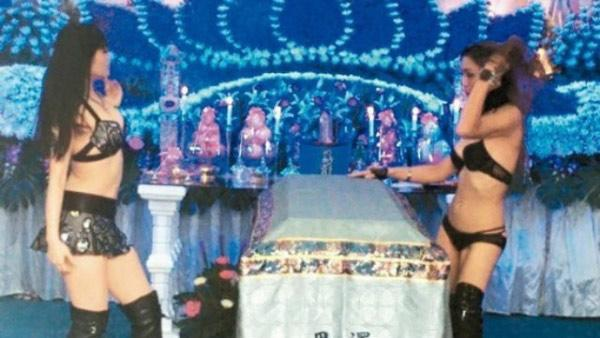 Thuê vũ nữ thoát y nhảy múa tưng bừng tại đám tang ở TQ gây phẫn nộ