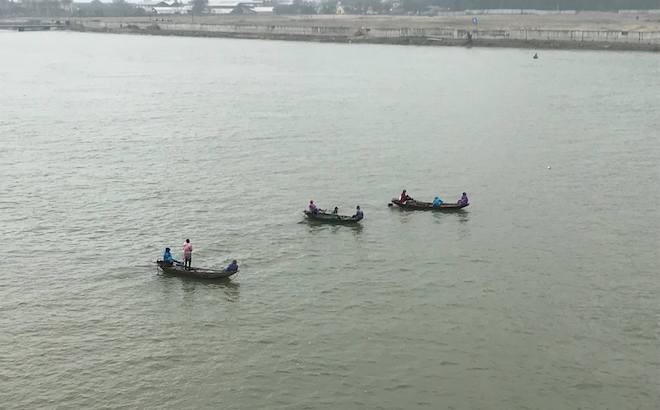 Hàng trăm người đứng chật cầu theo dõi tìm kiếm người phụ nữ nhảy sông tự tử