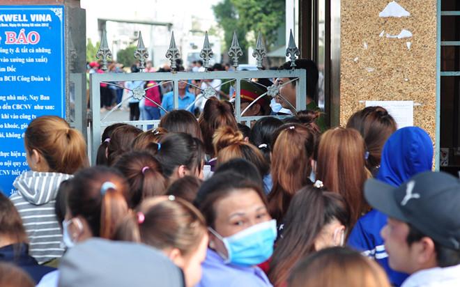 Nghìn công nhân bị nợ lương đứng kín cổng công ty chờ việc