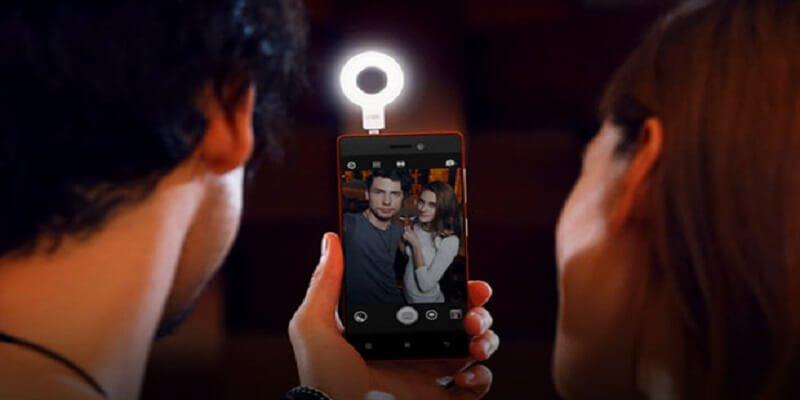 Rủi ro về quyền riêng tư cá nhân khi các cặp đôi chia sẻ chung thiết bị công nghệ