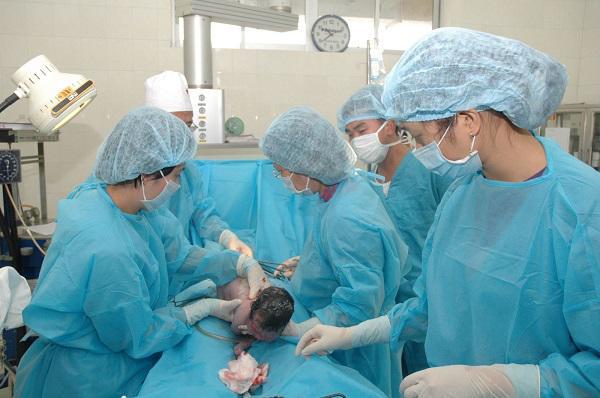 Hà Nội: Người phụ nữ 60 tuổi lập kỷ lục khi lần đầu sinh con nặng 2,6kg