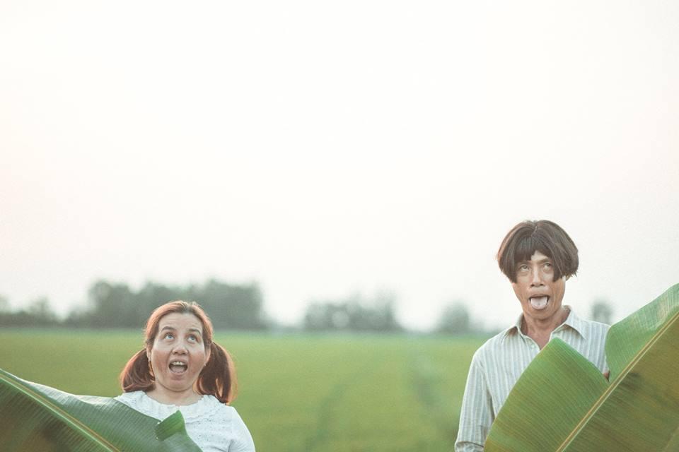 Vợ chồng miền Tây đội tóc giả, đi dép tổ ong chụp ảnh gây sốt