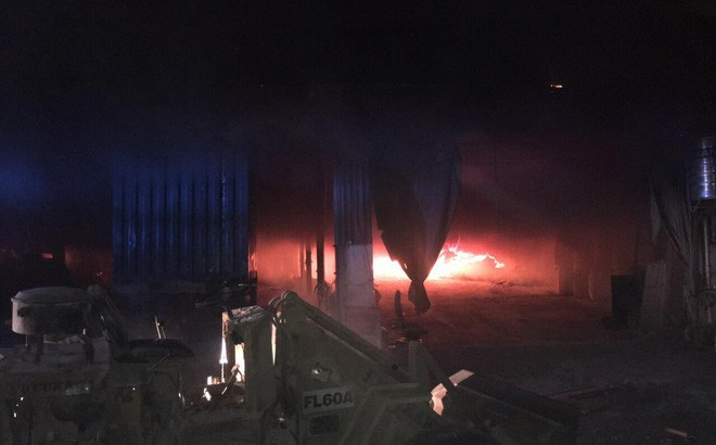 Lửa thiêu rụi 3 công ty trong đêm, một người leo lên mái nhà chữa cháy bị thương nặng