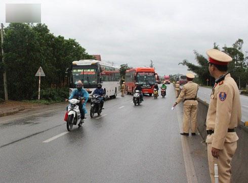 Xuất hiện cò đưa khách né trạm cảnh sát giao thông