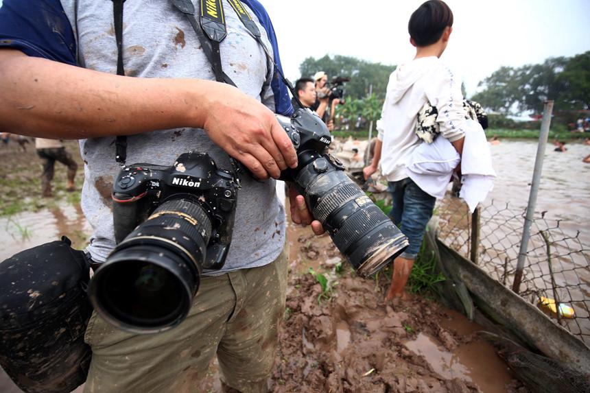 Phía sau các bức ảnh cuộc hỗn chiến cướp phết trên bùn lầy