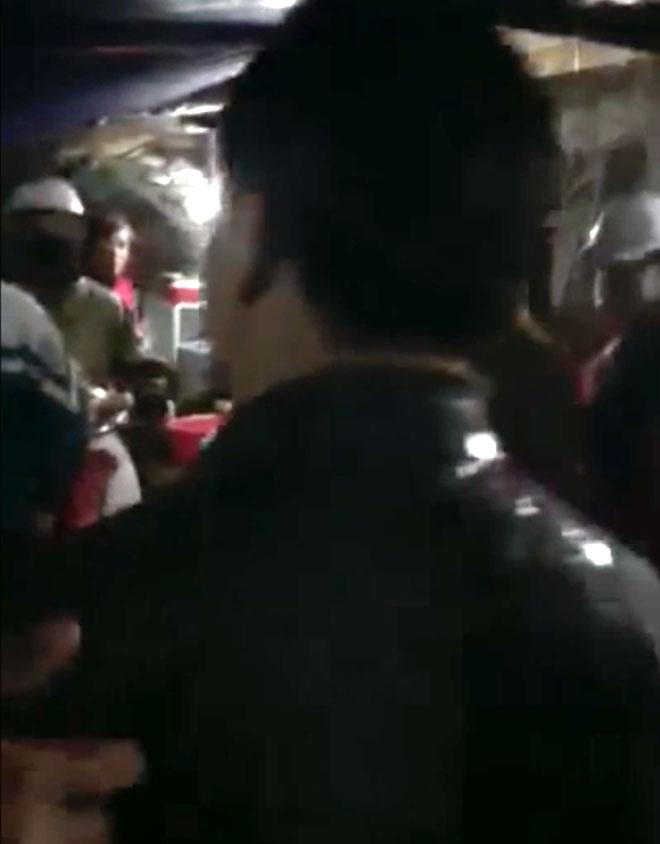 Nữ tiểu thương hắt tiết lợn vào người Chủ tịch huyện vì nghe hô có cán bộ đánh dân
