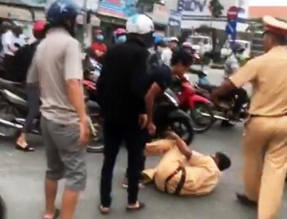 3 anh em xô ngã, đánh cảnh sát giao thông bị khống chế