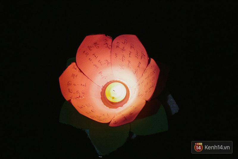Hàng nghìn người chen nhau thả hoa đăng vào đêm rằm tháng Giêng trên sông Sài Gòn