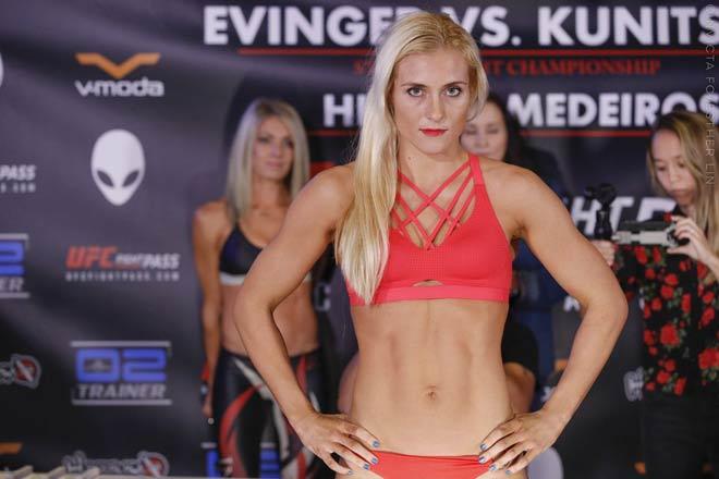 UFC: Tranh đai vô địch, mỹ nữ tóc vàng bị Người máy đấm gục