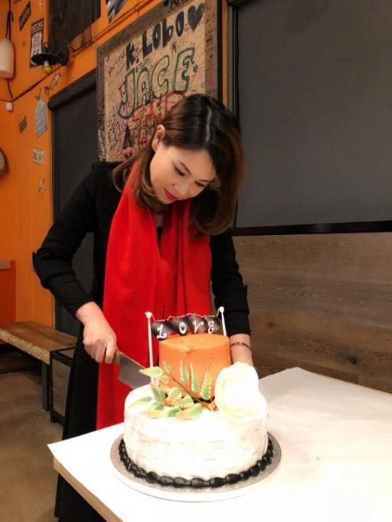 Bạn trai Việt kiều hôn Thanh Thảo đắm đuối trong tiệc sinh nhật cô