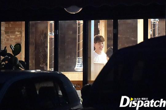 Dispatch tung ảnh độc quyền Park Shin Hye diện đồ đôi, hẹn hò cùng đàn em kém tuổi