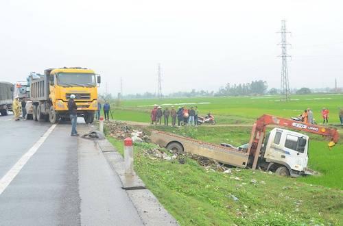 Xe cứu hộ giao thông lấn làn húc văng ôtô chở 5 người