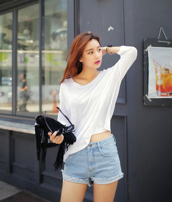 Cần gì đồ mới, chỉ áo phông trắng cũng khiến nàng sang chảnh hết nấc ngày 8/3!
