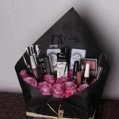 Những món quà niềm vui nhân đôi cho chị em ngày 8/3: Vừa tặng hoa vừa tặng cả bó son phấn