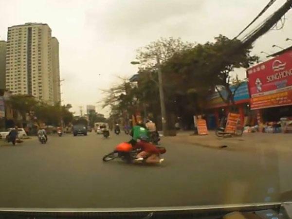 Bị kẻ gian cướp điện thoại khi đang ngồi sau xe GrabBike, cả tài xế và khách đều ngã ra đường