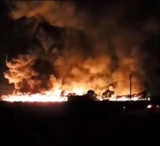 Hải Dương: Ngọn lửa bốc cao hàng trăm mét tại công ty môi trường, nhiều người hoảng loạn
