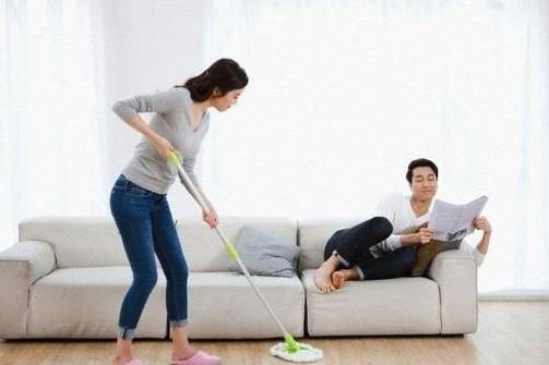 Ứa nước mắt khi chồng kệ vợ làm mọi việc