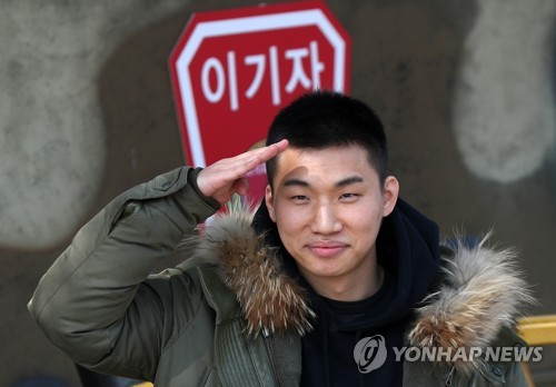 Daesung đã cạo đầu, chính thức nhập ngũ cùng G-Dragon và các thành viên Big Bang vào hôm nay