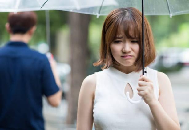 Nếu gặp cảnh người yêu cũ đi lấy vợ, còn trịnh trọng mời đến trang điểm cho cô dâu như cô gái này, bạn sẽ làm gì?