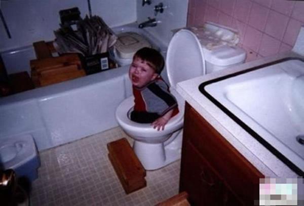 Chỉ 1 phút chui nhầm đầu vào lồng nhốt gà, bé trai khóc nức nở vì không thể thoát ra