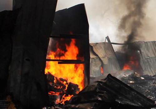 Vựa phế liệu bốc cháy dữ dội, 2 trường học phải sơ tán