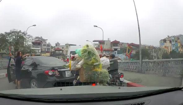 Hà Nội: Nữ quái xế bỗng dưng quay đầu ô tô giữa cầu rồi lớn tiếng chửi bới do không ai nhường
