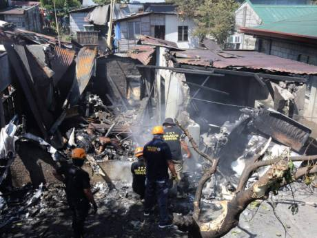 Máy bay Philippines rơi trúng nhà dân, nhiều người thiệt mạng