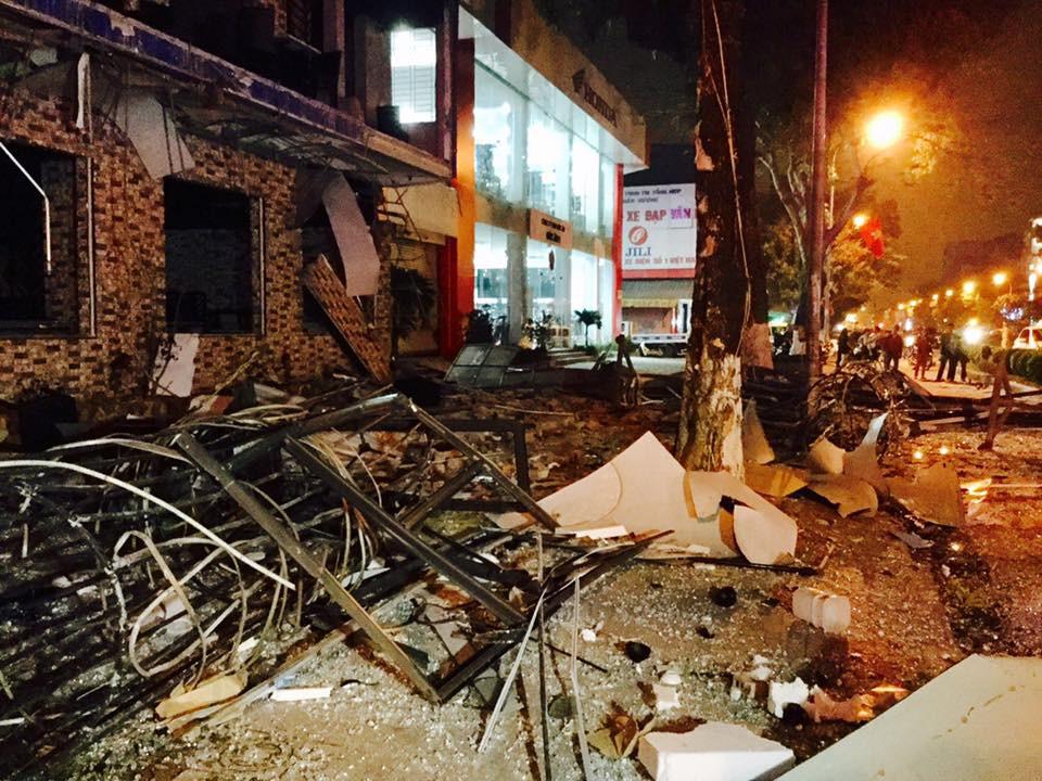 Tiếng nổ rầm trời phát ra từ nhà hàng 2 tầng ở Nghệ An, kính vỡ tung toé trong đêm
