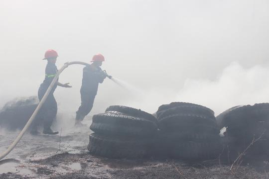 Cháy lớn khủng khiếp vì đốt cỏ khô ở TP Vũng Tàu