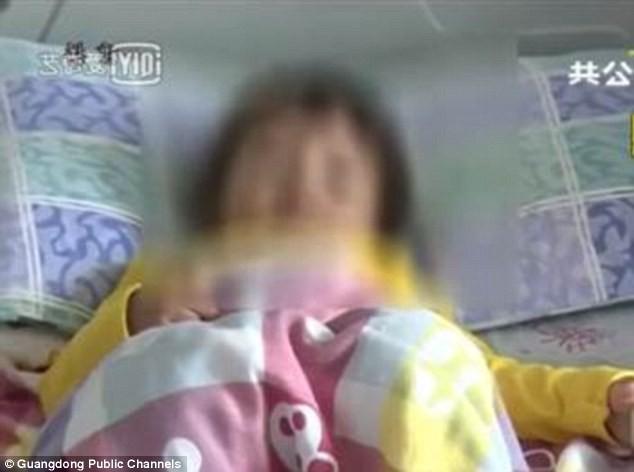Vô tư đưa nhẫn đính hôn cho con gái 2 tuổi chơi, bà mẹ suýt lấy mạng con trong chốc lát