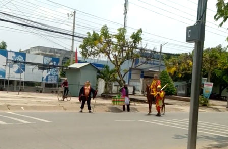 Hot trend thầy trò Đường Tăng đi thỉnh kinh xuất hiện trên phố, đầu tư cả ngựa xịn để diễn cho sâu