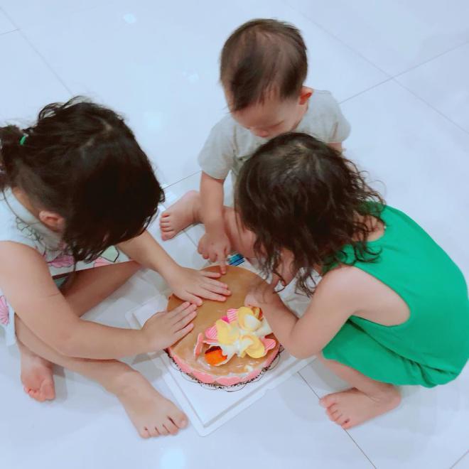 Lý Hải cùng 4 đứa con tổ chức sinh nhật vui tưng bừng cho bà xã Minh Hà