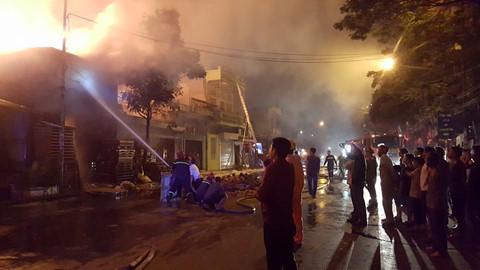 Cháy lớn giữa khu dân cư trung tâm Hải Phòng