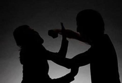 Chồng đâm chết vợ trước bệnh viện rồi cầm dao đâm tự sát